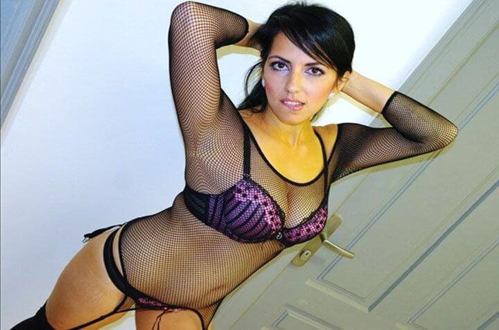 kostenloses-junges-sexchat-luder-zeigt-sich-in-reizenden-dessous